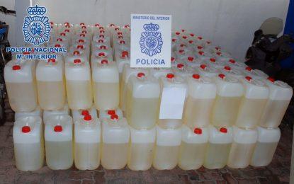 La Policía Nacional interviene 4.400 litros de gasolina en el interior de un garaje en un bloque de viviendas en La Línea