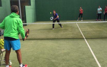 Deportes califica como un éxito el desarrollo del programa de clases de tenis y padel para adultos