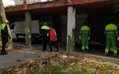La actuación conjunta de Policía Local y Limpieza permite la desinfección de zonas habitualmente usadas por indigentes como refugio en Los Junquillos