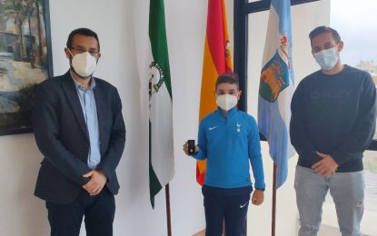 El alcalde recibe al joven deportista linense, Leo Cano Gómez, número 1 en el ranking nacional de padel en la categoría benjamín