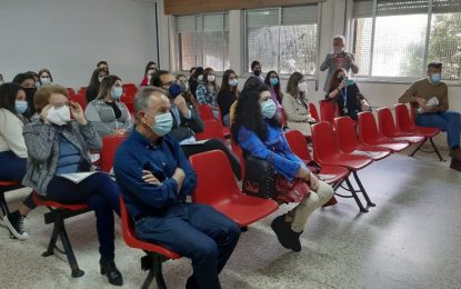 """El alcalde apoya la presentación de """"Una vida de revista"""" destinada a personas mayores y realizada por alumnado del Instituto Antonio Machado"""