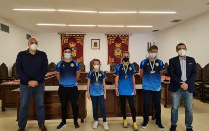 El alcalde felicita a los remeros del Club Marítimo Linense que obtuvieron medalla en el Campeonato de Andalucía