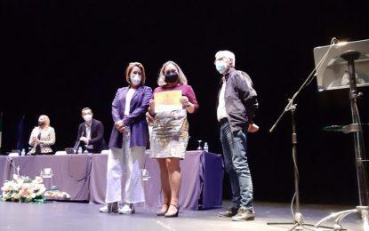 El Ayuntamiento entrega placas de reconocimiento a una representación de los trabajadores del ámbito sanitario por su labor durante la pandemia
