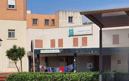 Gente viviendo y ropa tendida en las urgencias del antiguo Hospital de La Línea