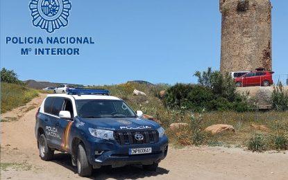 Agentes de la Policía Nacional han auxiliado esta mañana en La Línea de la Concepción a un hombre que sufrió un desvanecimiento en la playa