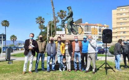 Ascteg hace su tradicional ofrenda floral a la estatua del trabajador en Gibraltar