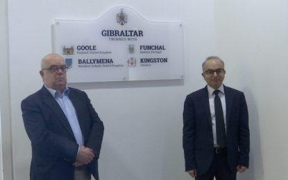 Gibraltar instala paneles en los principales puntos de entrada a la ciudad para recordar su hermanamiento con las ciudades de Goole, Ballymena, Kingston y Funchal