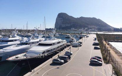 Turismo felicita al Puerto Alcaidesa Marina por renovar su bandera azul