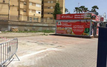 El Ayuntamiento acomete el derribo de uno de los módulos comerciales situados en las inmediaciones de la frontera