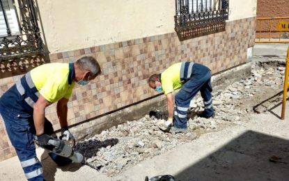 Mantenimiento Urbano acomete trabajos de pintura de rotondas y parterres por distintas zonas de la ciudad