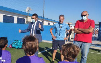 El alcalde y el concejal de Deportes han visitado los campamentos de verano de la Real Balompédida Linense y la Unión Linense de Baloncesto