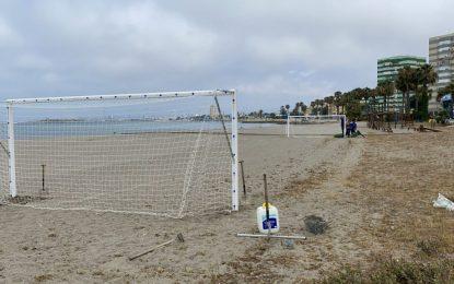 La delegación de Deportes inicia en las playas la colocación de  instalaciones para uso público