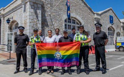 Las Fuerzas Armadas británicas en Gibraltar conmemoran el Mes del Orgullo con el izado de la bandera arcoíris LGBT en la sede de la GDP