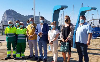 La playa de Poniente incorpora dos nuevas duchas y un lavapiés adaptados a personas con movilidad reducida