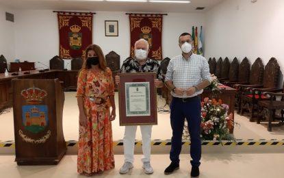 Carlos Lara recibe un reconocimiento municipal por su labor  con la Velada y Fiestas de La Línea durante casi medio siglo
