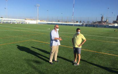 El alcalde y el concejal de Deportes comprueban  la instalación de  nuevo equipamiento y césped artificial en el campo Antonio Reyes