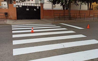 Acometidos trabajos de pintado de pasos de peatones en las inmediaciones de los centros escolares