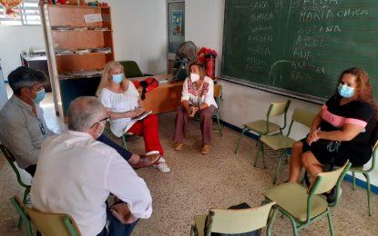 Educación y Servicios Sociales informan a Nakera Romí de alternativas para evitar el fracaso escolar de los menores