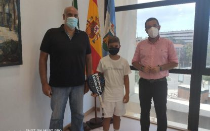 El alcalde recibe al menor Leo Cano, campeón de Andalucía de Pádel en su modalidad