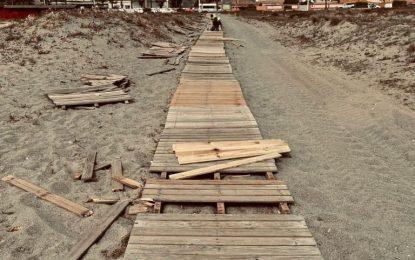 Playas denuncia la proliferación de actos vandálicos sobre el equipamiento del litoral