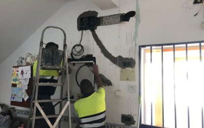 Mantenimiento Urbano reorganiza la instalación eléctrica del colegio Inmaculada