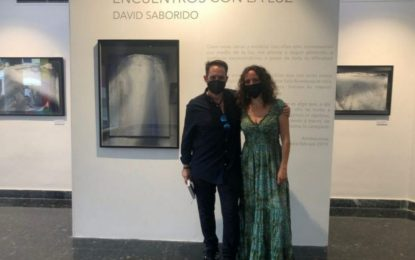 David Saborido dona a la Galería Manolo Alés una de las obras de su exposición 'Encuentros con la luz, clausurada ayer
