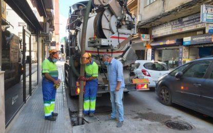 Mantenimiento Urbano supervisa la limpieza de imbornales para evitar atascos durante la época de lluvia