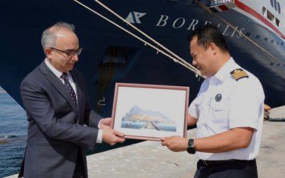 El Ministro Daryanani da la bienvenida a un crucero de Fred. Olsen Lines en su visita inaugural y se congratula por la reactivación del sector
