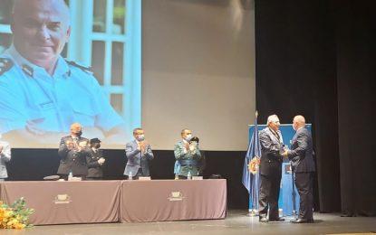 Ex Comisario Ian McGrail recibe placa en reconocimiento a su colaboración con la Policía Nacional española