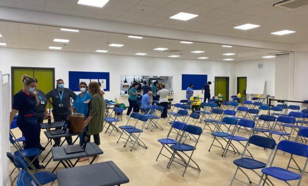 La vacunación para menores de 12 a 15 años en Gibraltar arranca de forma anticipada con gran éxito, procesando a unos 750 alumnos