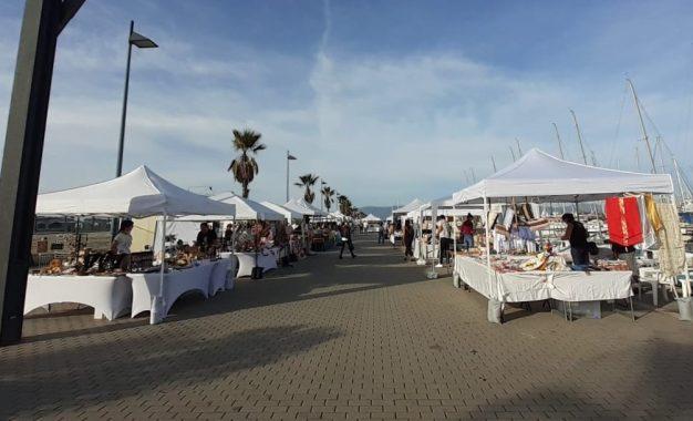 Siete puestos se incorporan en noviembre al  Mercadillo Artesano de los domingos del Puerto Deportivo Alcaidesa Marina