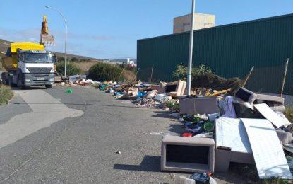 Limpieza procede a una nueva retirada de residuos en el Camino de la Ermita ante comportamientos incívicos
